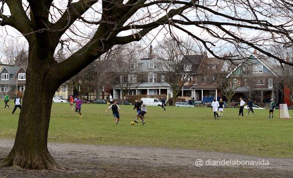 Jugant a futbol a Trinity Park