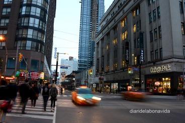 Yonge Street, que travessa la ciutat, és el carrer més llarg del món