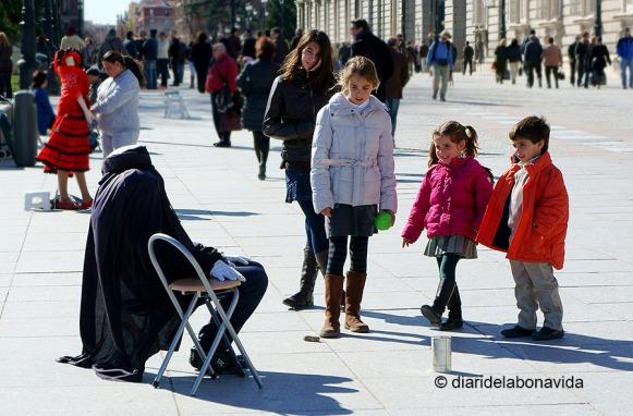 Moltes vegades és qüestió de paciència. Amb aquesta estàtua humana tard o d'hora s'aproparan nens...