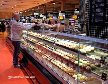 Sorprenent la quantitat de supermercats que hi ha. Aquesta parada amb mufins és per llepar-se els dits