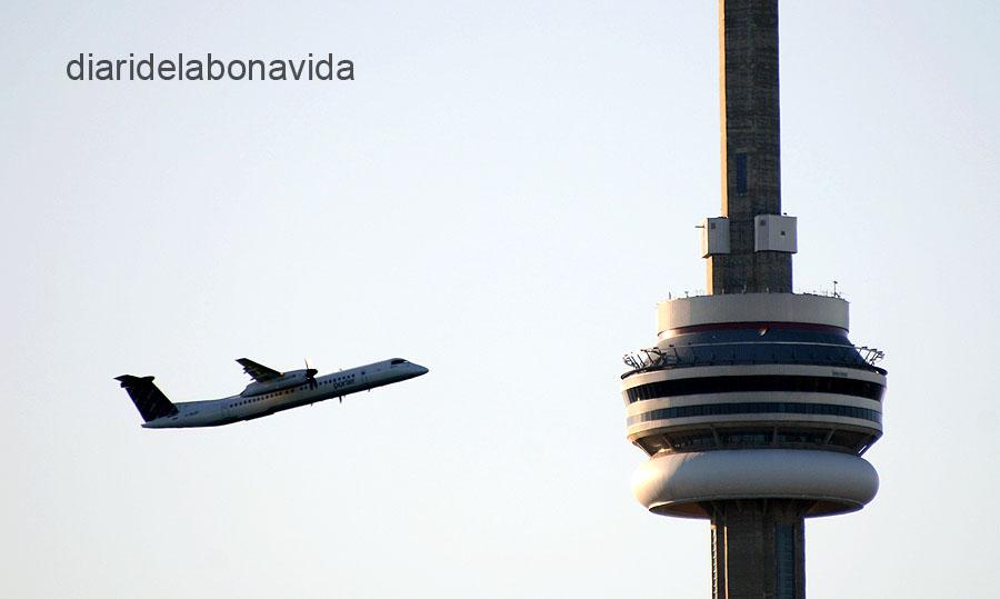La perspectiva fa que els avions semblin passar ben a prop