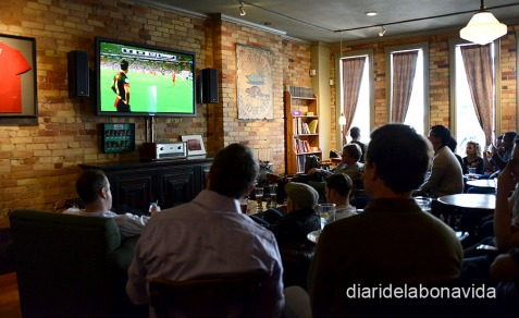 Veient el partit de Champions del Barça en un pub