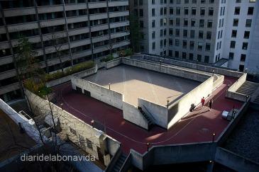 A les terrasses dels edificis podem trobar pistes on els veins poden fer footing