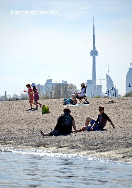 Prenent el sol al barri The Beaches. Toronto