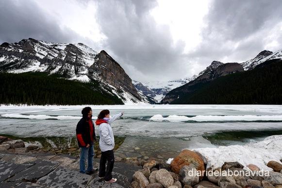 De ruta per les Rocky Mountains. El Lake Louise està pràcticament congelat encara a l'abril