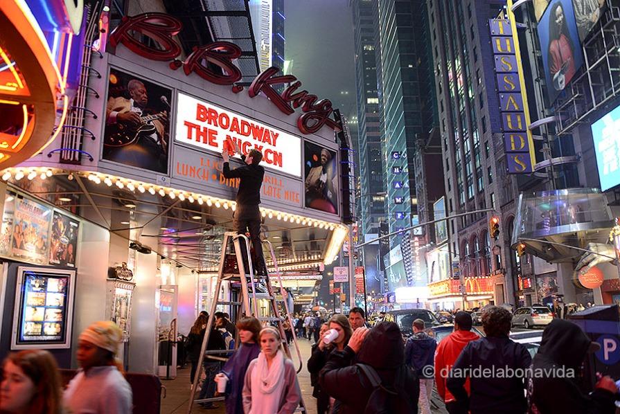 Teatres del 42 Street arribant a Times Square