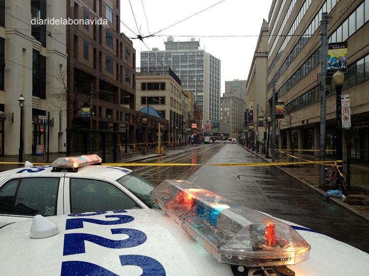 Au!, un tram d'un dels carrers principals de Toronto, College St, tallat per trobar un paquet sospitós