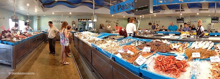 Podem triar entre varies peixateries dins el local