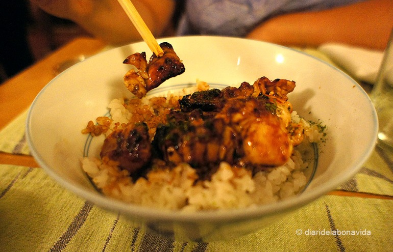 Yakitori (pollastre) amb arròs