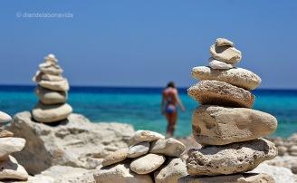 Típiques construccions de pedra a la platja de Ses Illetes
