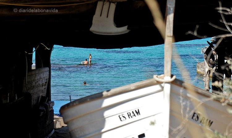 A moltes platges, encara podem trobar les barques que fan servir per pescar