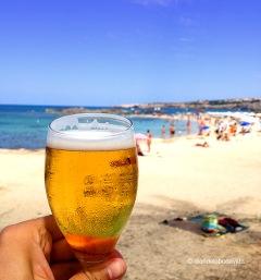 Quin millor plaer que una cervesa fresca davant el mar!!!