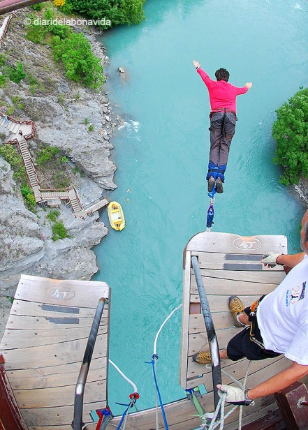 Saltant des del pont Kawarau. Nova Zelanda