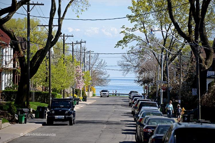 Els carrers que baixen de Queen St cap a la platja (com Wineva Avenue) ja ens mostren el que trobarem