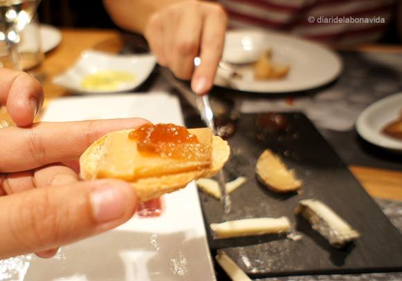 Tastant les torrades amb varietat de formatges