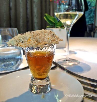 Fina focaccia de foie gras amb pinyons torrats consomé de cebes i ratlladures de pells de taronja. La torrada molt ben aconseguida però el consomé massa dolç, pel nostre gust.