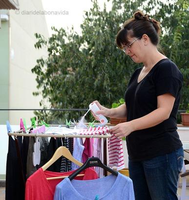 La Cristina pateix tant pels mosquits, que ha decidit ruixar tota la roba amb spray anti-mosquits.