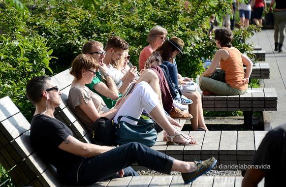 Amb el bon temps, la gent descansa i pren el sol