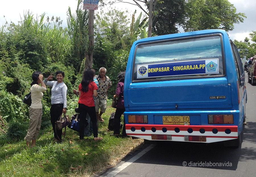 Pel camí ens trobem algun autobus avariat que colapsa la carretera...