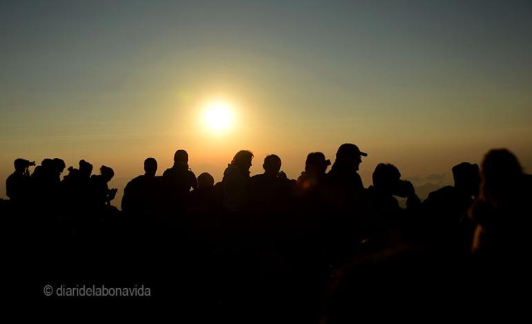 La gent observant el volcà Bromo