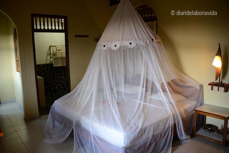 L'enorme mosquitera sobre el nostre llit