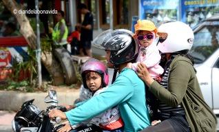 A Ubud també és un clàssic veure famílies senceres sobre la moto