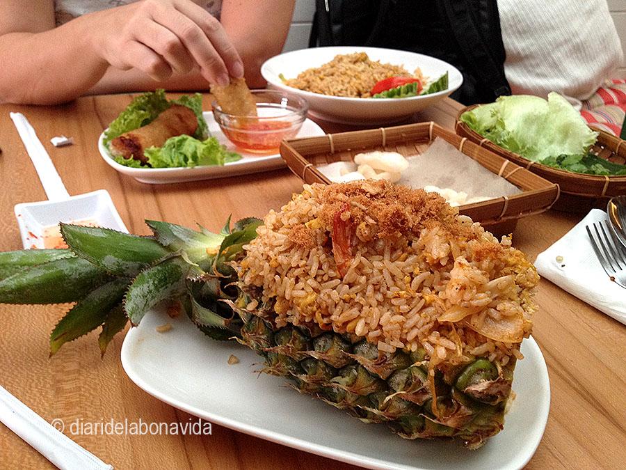 Estem menjant molt Nasi Goreng, uns dels plats més típics, però aquest amb pinya era psicodèlic!!