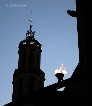 La flama del Fossar de les Moreres amb el campanar de Santa Maria del Mar