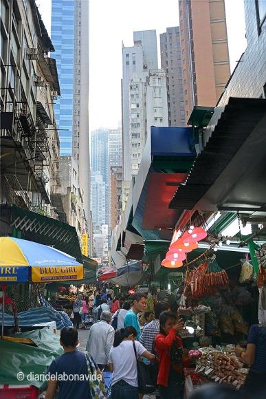 Paradetes de tot tipus es troben sota els enormes edificis