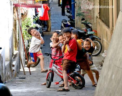 Els nens i el seu somriure omplen els carrers de les ciutats d'Indonèsia
