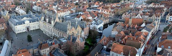 Les vistes des de Belfort són increíbles. Ajuntament i la Basílica de la Santa Sang a Burg