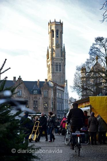 Sota la torre, a la Plaça Burg trobem un mercat setmanal