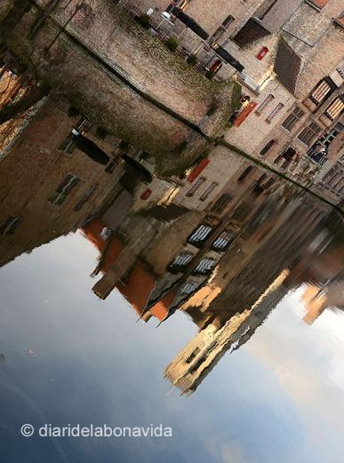 La torre reflexada als canals de la ciutat