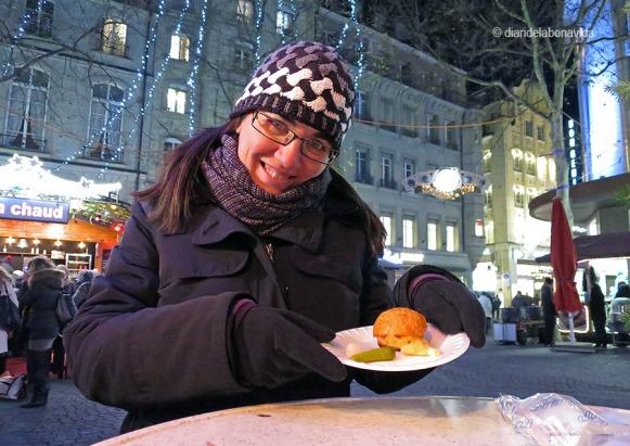 """Tastant els """"Malakoff au fromage et kirsch"""", una mescla de patata i formatge al forn."""