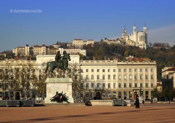 Lió. Plaça de Bellecour i la Basílica de Notre Dame de Fourvière al fons