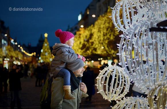 Grans i petits gaudeixen de Praga