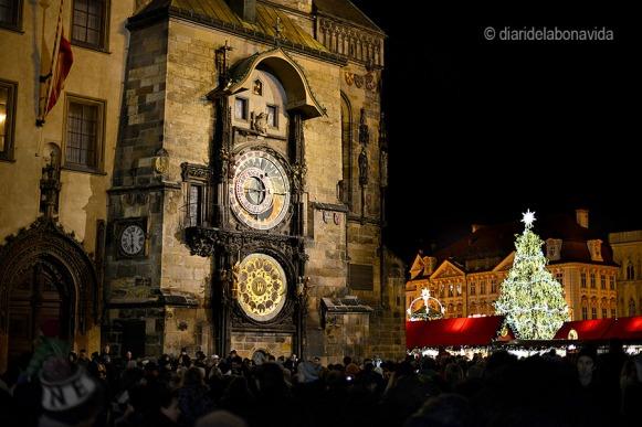 El famós rellotge astronòmic a la Plaça Vella