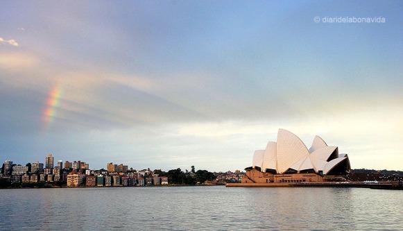 Opera House amb un inici d'arc de sant Martí des de Circular Quay. Sydney