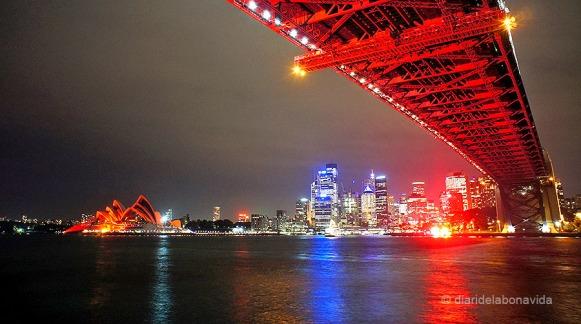 Cada 1 de desembre, dia mundial de la Sida, l'Òpera i el Sydney Bridge s'il.luminen de vermell. Un espectacle insuperable!