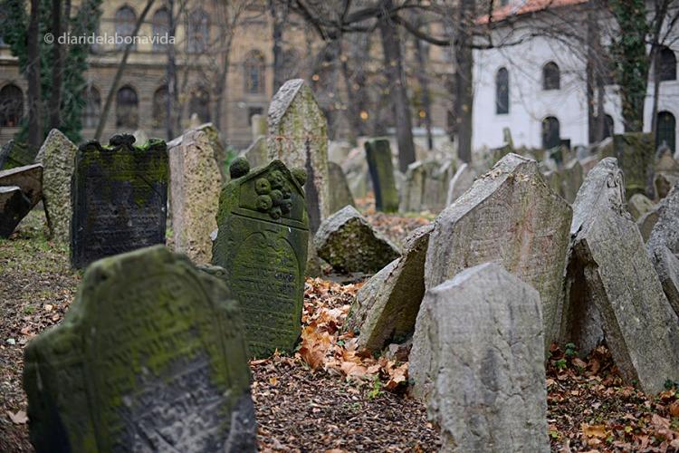 Les tombes estan literalment amuntegades