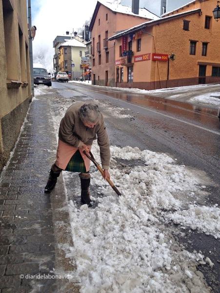 Netejant els carrers de Canillo