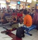 La gent descansa abans del seu vol