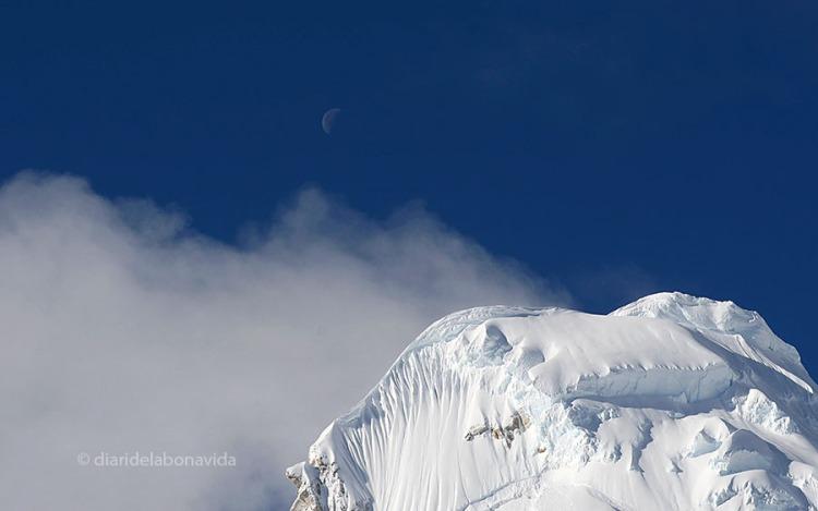 Entre el cel blau encara s'aprecia la lluna