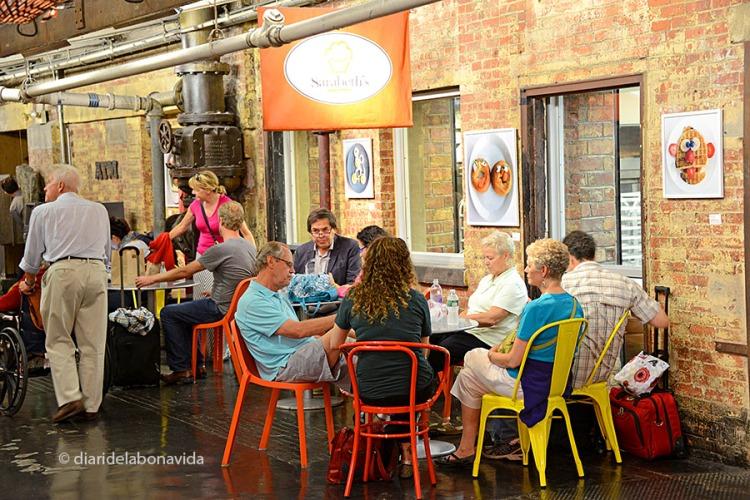 Molts restaurants tenen taules a la zona central del mercat