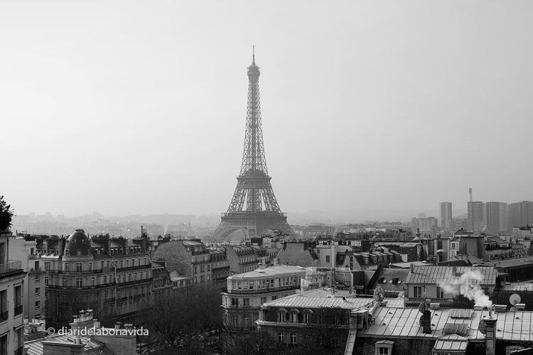 Ja sigui en color, o en blanc i negre, la Torre marca el perfil parisenc