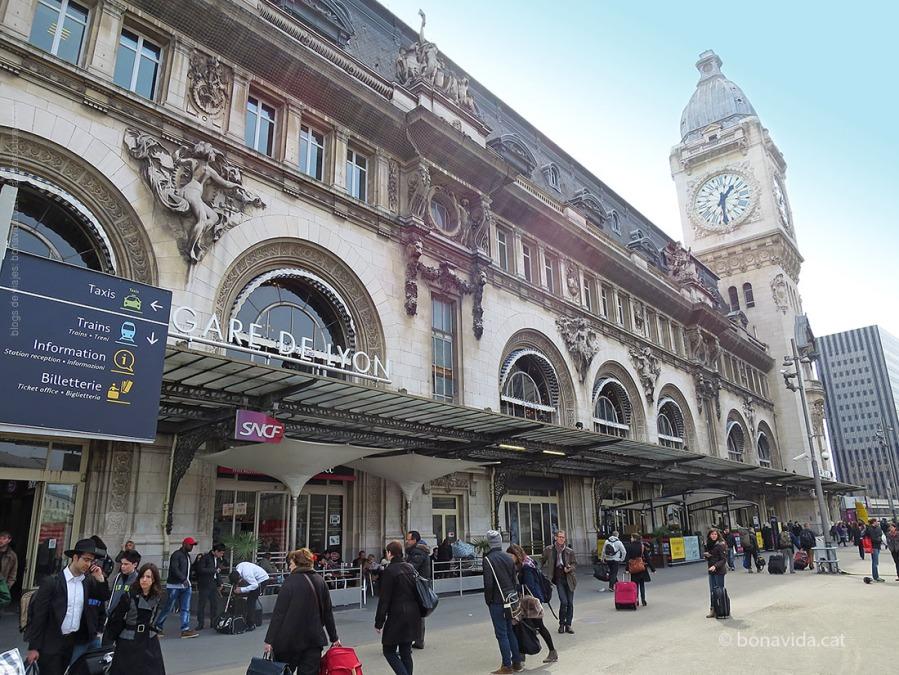 El TGV surt de l'estació parisenca Gare de Lyon
