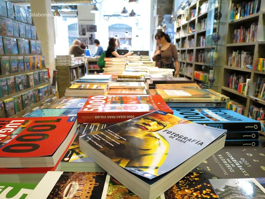 Buscant entre els llibres i guies de viatges de la llibreria Ulyssus