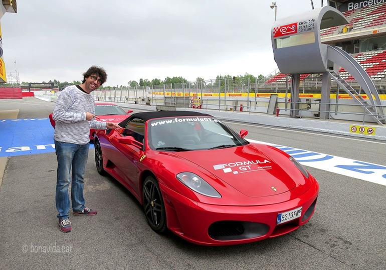 Un Ferrari, i vermell. Com ha de ser!