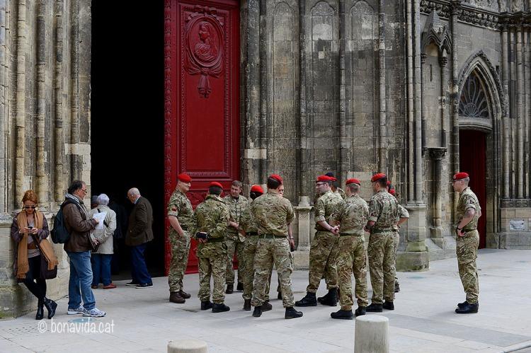 Tot és ple de soldats vinguts dels països aliats pels diferents actes previstos.