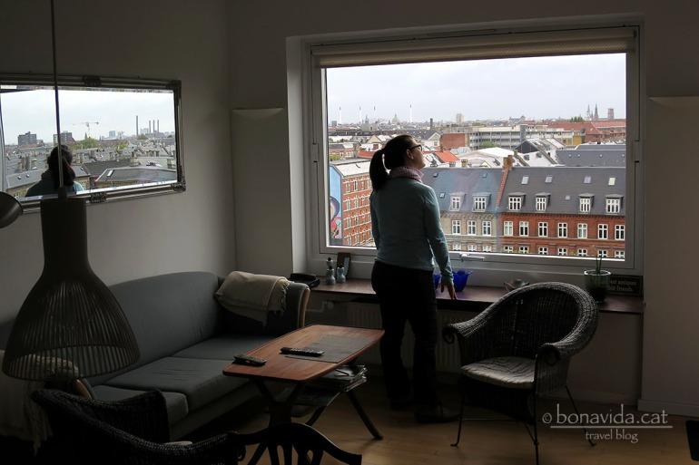 A Copenhagen ens instal.lem a l'apartament d'en Henrik..